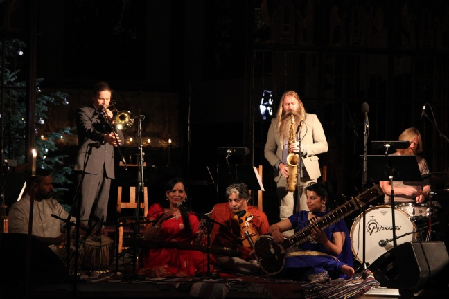 Jai Shankar (tabla), Øyvind Brække (trombone), Sunanda Sharma (vokal), Shri Lal Shajpal (harmonium), Rohini Sahajpal (sitar), Trygve Seim (saxofoner), Per Oddvar Johansen (trommer) (Foto: Andreas Lie Johansen)