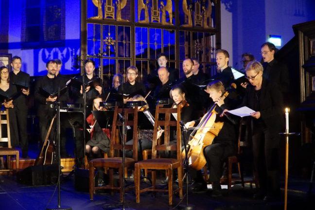 Oslo Kammerkor, sangere fra Uranienborg Vokalensemble, Johanne Aurora Løvli Hidle (fiolin), Cathrine Rossbach Heier (fiolin), Nora Taksdal (bratsj), Benjamin Lund Tomter (cello), Elisabeth Holte