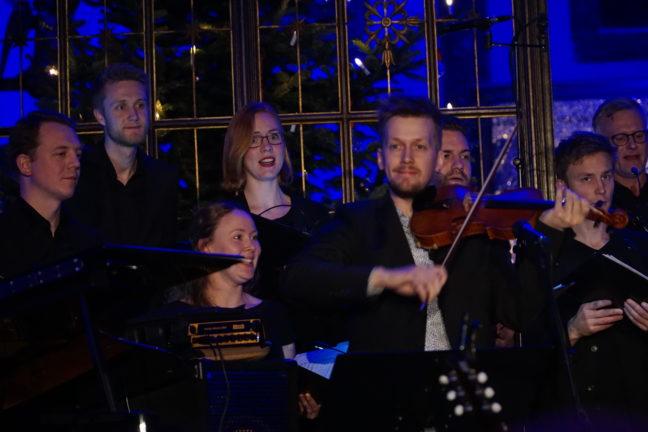 Uranienborg Vokalensemble (Elisabeth Holte, dirigent), Bjørn Kåre Bråten Odde (fele)